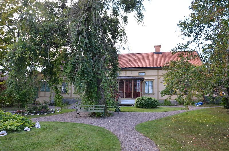 Träd bredvid ett hus i Nora kommun