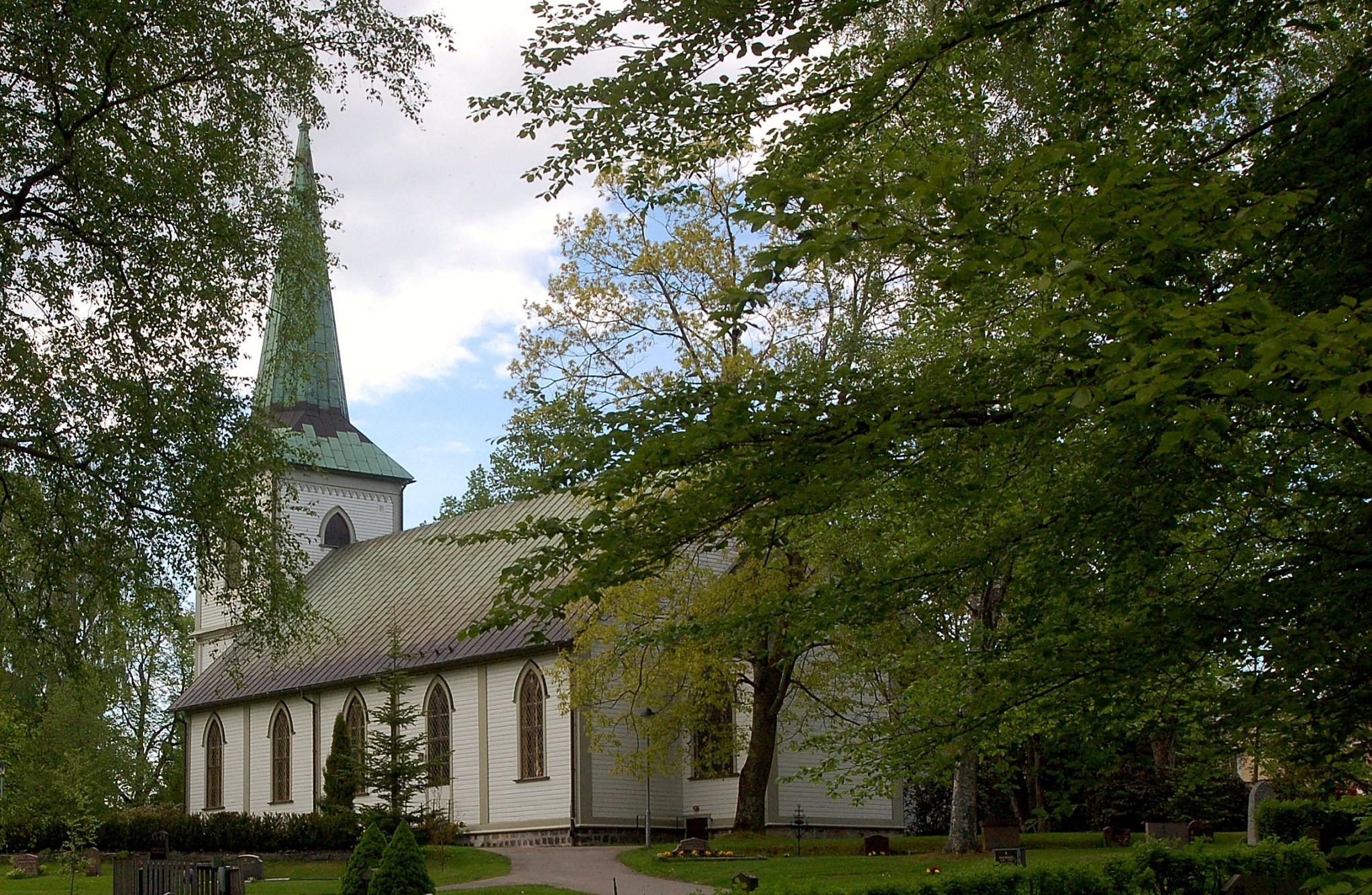 Träd vid en kyrka i Degersfors kommun