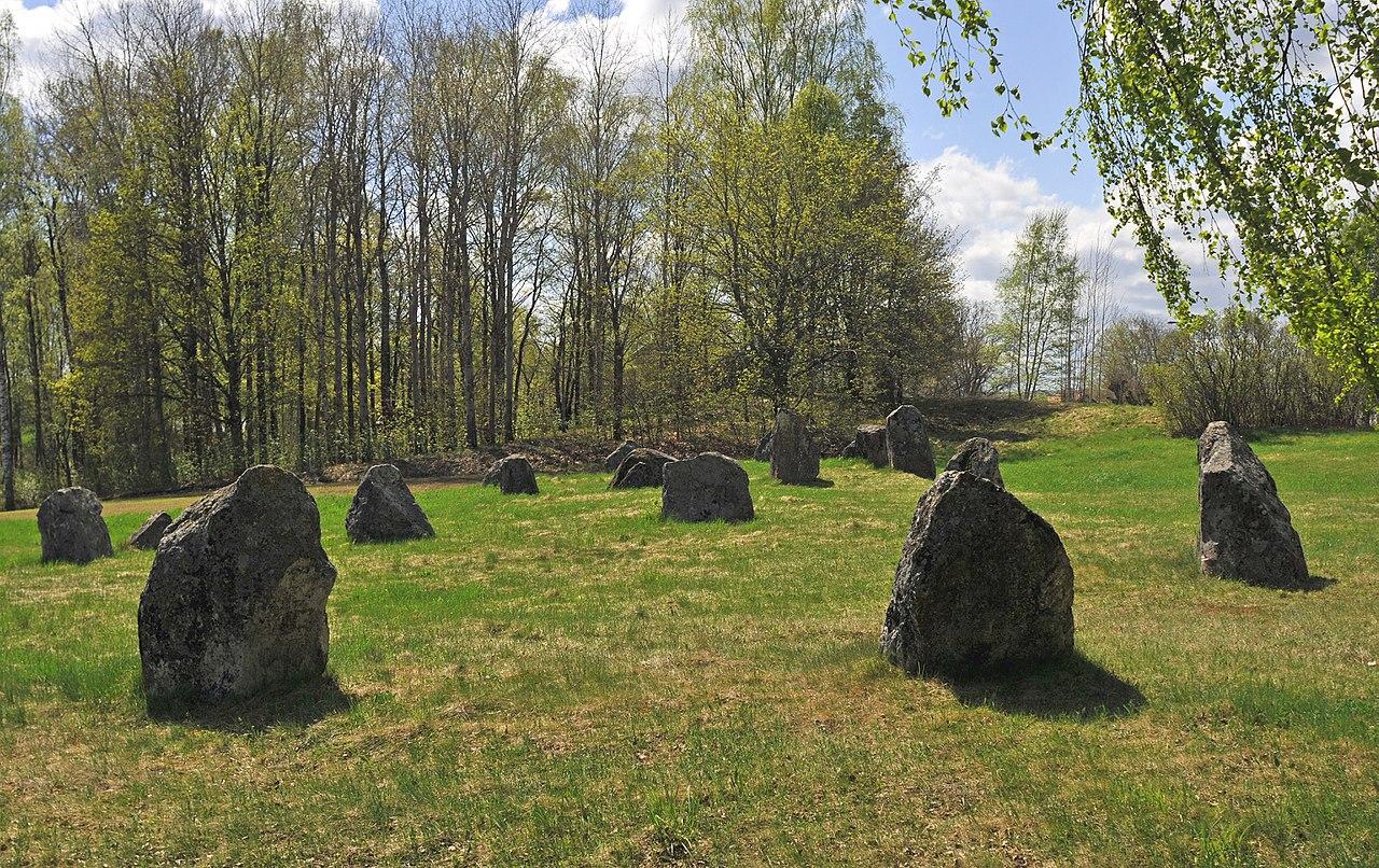 Träd vid Norrby stenar i Hallsbergs kommun